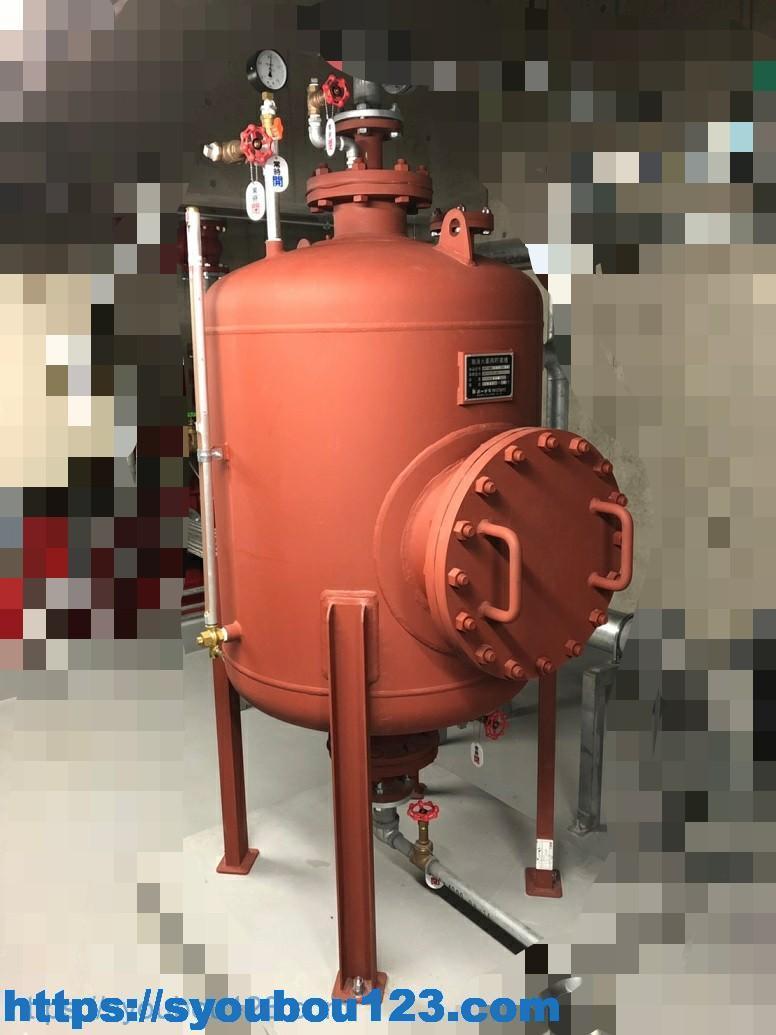 泡消火設備の薬剤貯蔵容器の例