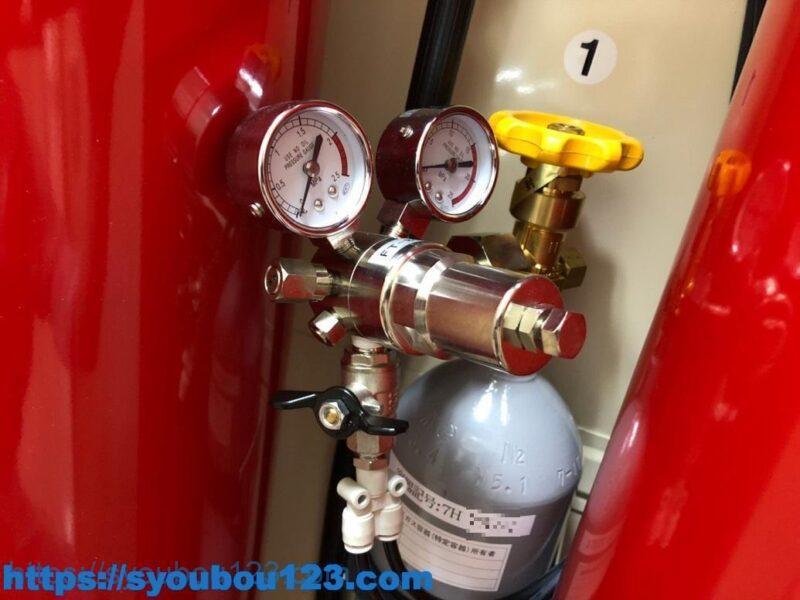 加圧用ガス容器と圧力調整器の例